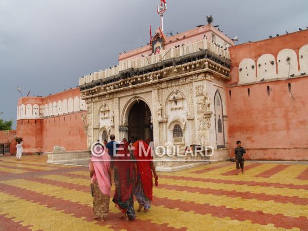 A l'entrée d'un certain temple à Deshnok...