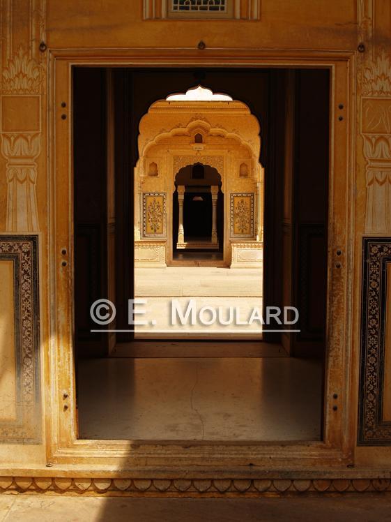 Enfilade de portes dans le palais Narhargarh