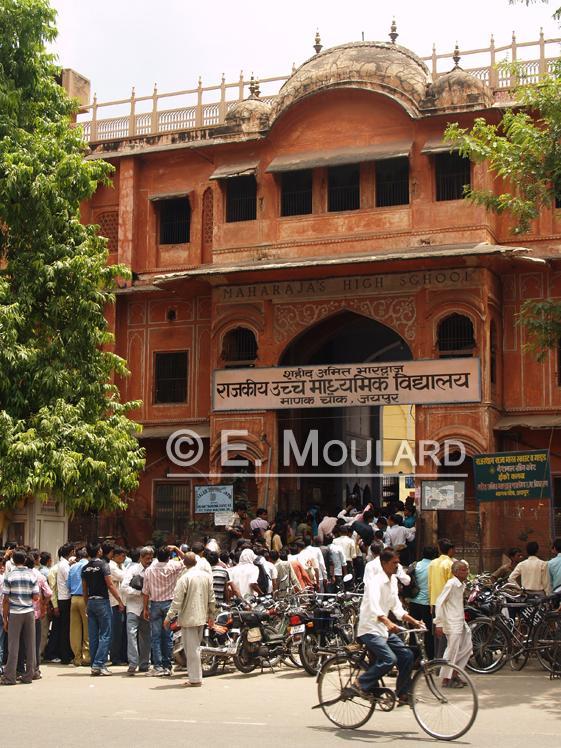 Ils font la queue pour la Maharajah Highschool!